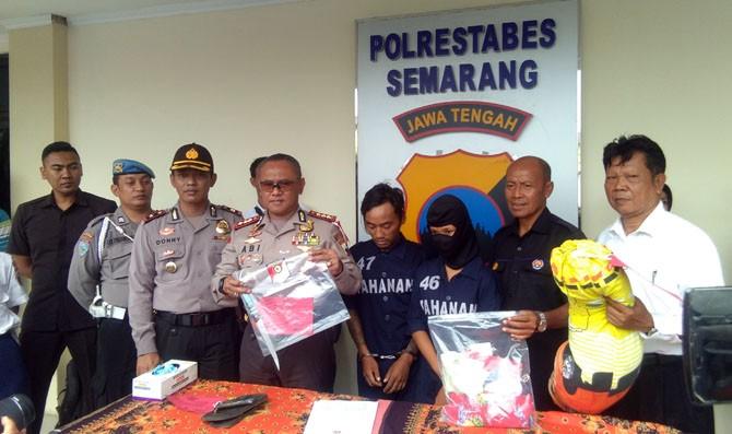 Tersangka Rifai dan YA alias L saat gelar perkara di Mapolrestabes Semarang. (Tunggul Kumoro/JawaPos.com)