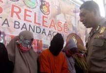 TERSANGKA. Kapolresta Banda Aceh AKBP Trisno Riyanto saat menanyai para mahasiswa yang diduga Pekerja Seks Komersial (PSK) dan mucikari atau germo di hadirkan dalam gelar perkara di Mapolresta Banda Aceh, Jumat (23/3). (Murti Ali Lingga/JawaPos.com)
