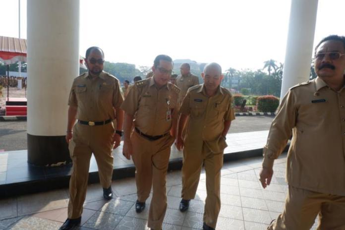 APEL AWAL BULAN. Sekda Kalbar M Zeet Hamdy Assovie usai memimpin apel awal bulan di kantor Gubernur Kalbar, Senin (2/4). Humas Pemprov for RK