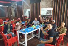 DIALOG SANTAI. Milton Crosby melaksanakan dialog santai di Warkop Abah, Jalan Lintas Melawi, Kota Sintang, Senin (2/4). Warga for RK