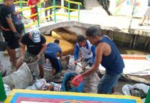 KERJA SAMA-SAMA. Warga Kampung Beting gotong royong memungut sampah Sungai Kapuas, Pontianak, Minggu (15/4). Rizka Nanda-Rakyat Kalbar