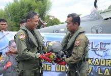 SERAH TERIMA HELM. Letkol Pnb Agung Indrajaya (kiri) menyerahkan helm perlengkapan penerbangan kepada penggantinya Letkol Pnb Supriyanto (kanan) sebagai Komandan Skadron Udara (Danskadud) 1 Elang Khatulistiwa di Lanud Supadio, Selasa (24/4). Usai sebuah farewell flight di langit Khatulistiwa. Penerangan Lanud Supadio For RK