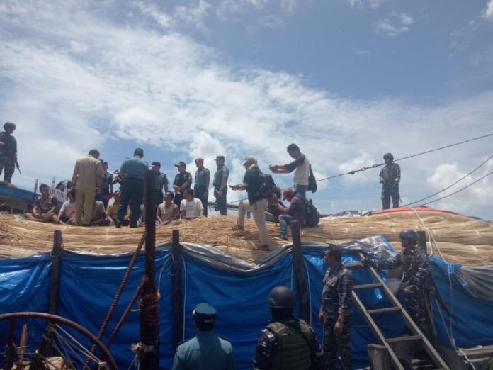 CEK BARANG BUKTI. Petugas tengah mengecek KLM Putri Setia bermuatan puluhan ton Rotan Sega di Dermaga Lantamal XII Pontianak, Senin (16/4) siang--Ambrosius Junius/RK