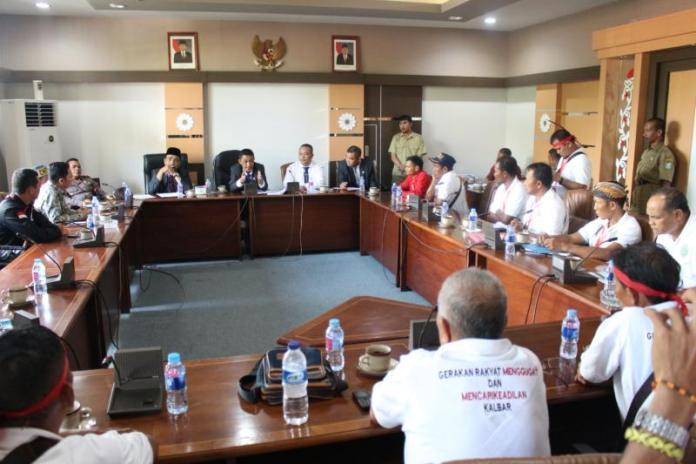 Audiensi. Sejumlah perwakilan masyarakat petani dari 4 kabupaten di Kalbar bersama Lembaga Bantuan Hukum Mandau Borneo Keadilan (LBH MBK) melakukan audiensi bersama Komisi I, II dan V di ruang Komisi I DPRD Provinsi Kalbar, Selasa (17/4). Zainudin/RK.