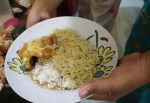 JADI LAUK. Salah seorang warga mengkonsumsi mie instan bersama nasi dan lauk lainnya, kemarin. Suci Nurdini Setiowati-RK