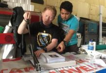 KERJAKAN PESANAN. Owner Deepositive, Ilham (kaos biru) dan karyawannya mengerjakan pesanan pelanggan di Jalan Putri Candramidi, Senin (16/4). Nova Sari-RK