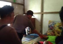 Korban yang menggunakan kaos hijau setelah dibaringkan usai diturunkan dari tali yang sempat menggantungnya di bagian dapur rumahnya---Hariyanto For Rakyat Kalbar