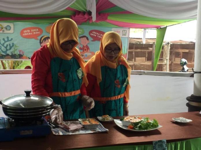 LOMBA MASAK. Peserta lomba masak berbahan dasar ikan di aula rumah jabatan Wali Kota Pontianak, Kamis (5/4). Humas Pemkot for RK