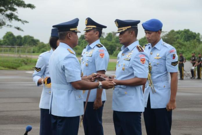 SERTIJAB. Marsekal Pertama (Marsma) TNI Minggit Tribowo memimpin Sertijab Danskadud Wing Udara 7 Lanud Supadio di Apron Lanud Supadio, Rabu (25/4). Penerangan Lanud Supadio for RK