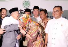 CIUM TANGAN KETUA ULAMA. Sukmawati Soekarnoputri mendatangi Ketua MUI KH Ma'ruf Amin, kemarin (4/5). Dan mencium tangan Kiai Ma'ruf sebagai tanda permintaan maaf. ISMAIL POHAN-INDOPOS