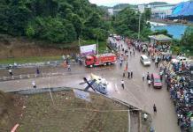TONTONAN WARGA. helikopter yang jatuh di Pos II PT. IMIP Site Morowali menjadi tontonan warga, Jumat (20/4). TNI AL MOROWALI FOR RADAR SULTENG