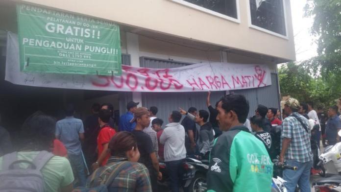 UNJUK RASA. Para driver Gocar melakukan aksi unjuk rasa lanjutan di kantor PT. Gojek Indonesia perwakilan Kota Pontianak di Jalan Uray Bawadi, Senin siang (2/4). Andi Ridwansyah-RK