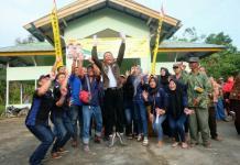 Calon Gubernur Kalbar nomor urut tiga Sutarmidji berfoto bersama masyarakat (Kang Enchus for Equator)