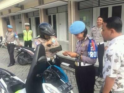 Anggota propam memeriksa surat kendaraan milik polisi. (IST)