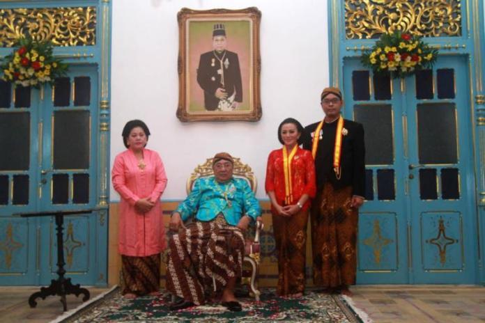 Calon Gubernur Kalimantan Barat, Karolin Margret Natasa saat menerima gelar Kanjeng Mas Tumenggung dari Raja Kasunanan Surakarta Sampeyandalem Ingkang Sinuhun Kangjeng Susuhunan Pakubuwono XIII