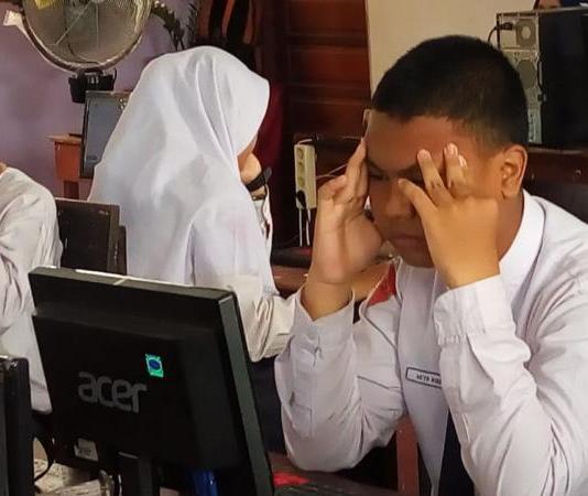 BERPIKIR KERAS. Pelaksanaan UNBK di SMP Negeri 1 Sungai Raya di hari peryama, Seni (23/4). Humas Pemkab Kubu Raya for RK
