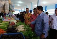 CEK SAYUR. Bupati Sekadau Rupinus mengecek sayur yang dijual pedagang di Pasar Rakyat Maboh Banyau Belitang di sela-sela peresmian, Jumat (6/4). Humas Pemkab Sekadau for RK