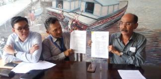 SURAT GUGATAN. Penasehat hukum tiga ASN Pemprov Kalbar yang dimutasi menunjukkan surat gugatan yang dilayangkan ke PTUN Pontianak, Selasa (8/5). Andi Ridwansyah-RK