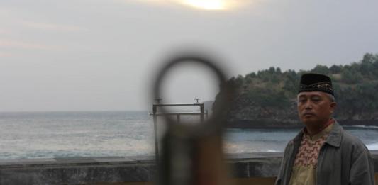 PANTAU. Tim Badan Hisab dan Rukyat Kemenag Pacitan saat mengamati hilal dari Pantai Srau. Sugeng-Radar Madiun