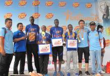 DIBORONG. Empat pelari Kenya menerima piala kategori internasional di halaman Hotel Mahkota Pontianak, Minggu (13/5). Maulidi Murni-RK