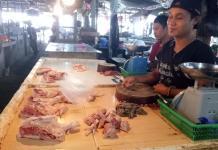 Ayam Potong. Penjual ayam potong, Deni disela-sela kesibukan menjual ayam potong di Pasar Markasan Nanga Pinoh. Dedi Irawan/RK.