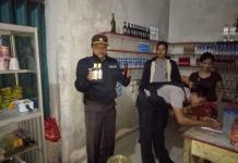OPERASI. Kapolsek Sengah Temila Iptu Sujiyanto saat menunjukkan miras yang disita dari warung di Pahauman--Polsek for Rakyat Kalbar