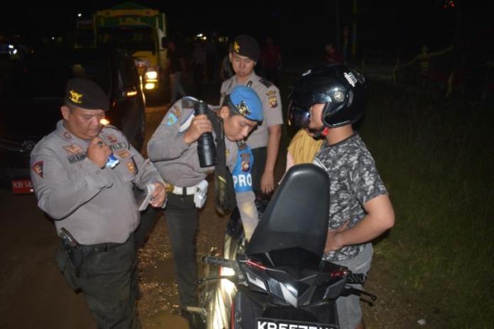 SITA SAJAM. Polisi dibantu TNI merazia kendaraan yang melintas di Jalan Sekadau-Sintang, persis di depan Mapolres Sekadau, Senin malam (14/5). Dalam razia itu, polisi menyita mandau, keris dan sangkur dari empat orang warga. Polisi for Rakyat Kalbar