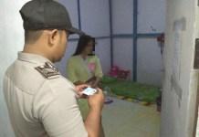 TERJARING. Pihak kepolisian ketika melakukan razia dan mengamankan tiga pasangan kumpul kebo di kos-kosan, Jumat (11/5)---Humas Polres for Rakyat Kalbar