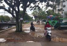 TERGENANG. Salah satu titik Jalan Paralel Sungai Jawi yang berlobang dan tergenang, Minggu (20/5). Gusnadi-RK