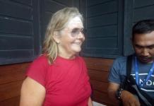WARGA AUSTRALIA. Helena salah seorang rombongan dari Australia ketika menghadiri upacara pembukaan PGD ke 33 Tahun 2018 di Rumah Radakng, Minggu (20/5). Ambrosius Junius-RK