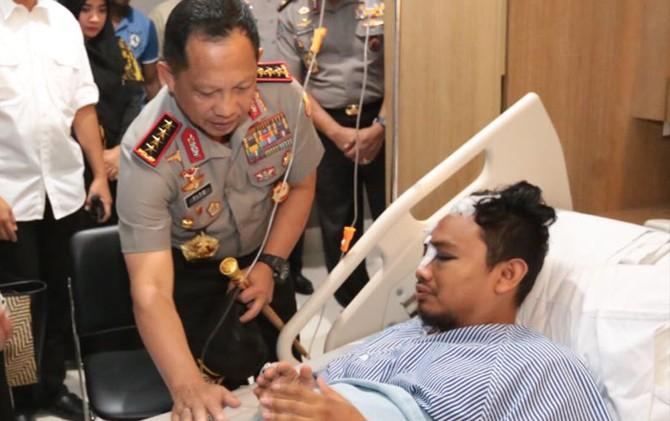 MENENGOK IWAN. Kapolri Jendral Tito Karnavian menjenguk Bripka Iwan Sarjana. Polisi for Jawa Pos