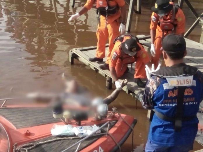 EVAKUASI. Petugas gabungan tengah mengevakuasi jasad korban, Jumat (25/5) pagi—Polisi for RK