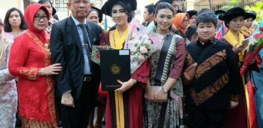 Calon Gubernur Kalbar nomor urut tiga Sutarmidji didampingi istri serta putra putri nya menghadiri acara Wisuda putri keduanya di Universitas Padjadjaran (Unpad) Bandung. (Kang Enchus for Equator)