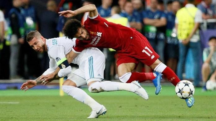BENCANA UNTUK SETAN MERAH. Mohamed Salah (Liverpool) ketika dijatuhkan Sergio Ramos (Real Madrid) di Final Liga Champions 2018.