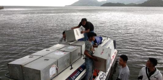 DITUNDA. Sejumlah petugas KPU Kayong Utara memuat logistik Pilkada ke speedboat di Pelabuhan TPI Sukadana, Jumat (22/6). Proses pendistribusian logistik ini ke PPK Kepulauan Karimata terpaksa ditunda akibat cuaca buruk. Kamiriluddin-RK