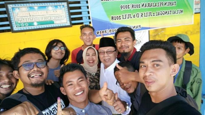 Nyoblos. Mantan Bupati Kayong Utara, H Hildi Hamid dikerumuni wartawan usai menyoblos di Sukadana, Rabu (27/6). Kamiriluddin/RK.