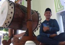 HIDAYAH. Tonny Cristianto duduk di serambi masjid Agunng Baitul Hakim Kota madiun. Bagus Insanu Rohman for Radar Madiun