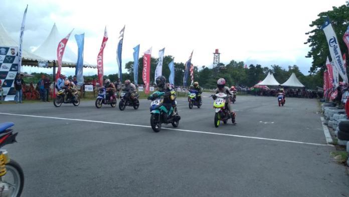 NGENG-NGENG. Para peserta Jurnalis Matic Race Cup 2018 di sirkuit balap Pasir Panjang, Minggu (24/6). Rizka Nanda-RK