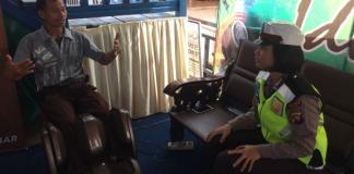 REFLEKSI. Polwan Polresta Melawi melayani seorang pengemudi yang melakukan pijat refleksi di kursi pijat, Minggu (10/6). Dedi Irawan-RK