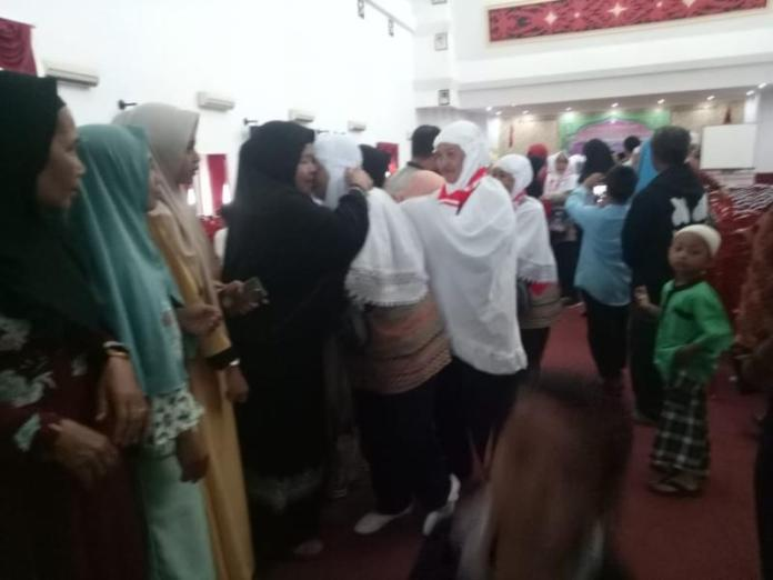 BERANGKAT HAJI. Suasana haru yang terjadi saat pelepasan keberangkatan di aula kantor Bupati Landak, Senin (30/7). Antonius-RK