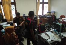 GELEDAH. Petugas Kejari Mempawah melakukan penggeledahan di salah satu ruangan Gedung DPRD Mempawah, Kamis (19/7). Ari Sandy-RK