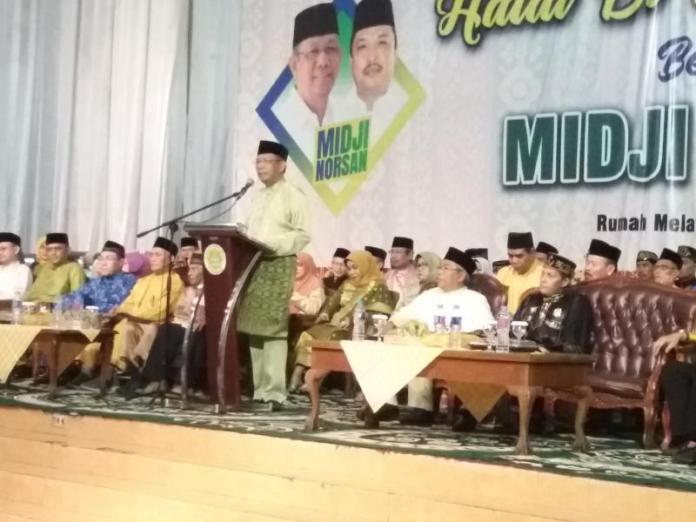 GUBERNUR TERPILIH. Sutarmidji memberikan sambutanya dalam acara halal bihalal di Rumah Adat Melayu Jalan Sultan Syahrir, Pontianak, Senin malam (10/7). Andi Ridwansyah-RK