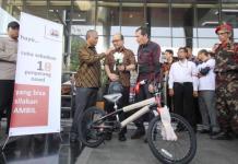 KEMBALI AKTIF. Novel Baswedan, penyidik senior KPK, kembali aktif bekerja, Jumat (27/7). Sebuah sepeda baru menyertai kembalinya Novel. FEDRIK TARIGAN-JAWA POS