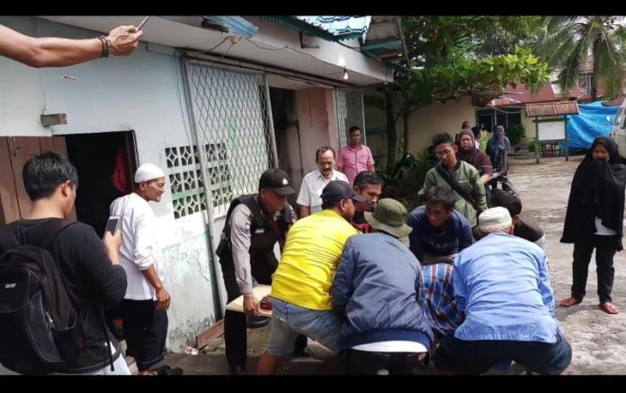 EVAKUASI. Jenazah korban dievakuasi dari pos penjagaan sekolah Yayasan Rahadi Oesman di Jalan Alianyang, senin (2/7) pagi--Polisi for RK