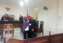 PUTUSAN. PPK Yekti Kusumawati memeluk penasehat hukumnya usai menjalani persidangan putusan kasus tipikor pengadaan Alkes RSUD SSMA di Pengadilan Tipikor Pontianak, Kamis (5/7) sore--Ambrosius Junius/RK