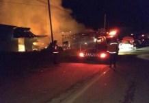 UPAYA PEMADAMAN. Satu unit mobil POM, dua unit mobil tangki, dan 2 unit mobil komando dengan 42 personel tengah memadamkan api di empat rumah depan Makam Pahlawan Sintang, Kamis (5/7). Benidiktus Krismono-RK