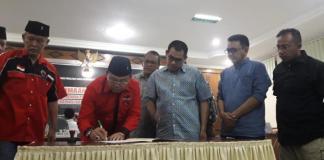 PENGAJUAN BACALEG. Suasana pengajuan berkas pencalonan bacaleg di KPU Kalbar, Selasa malam (17/7). Rizka Nanda-RK