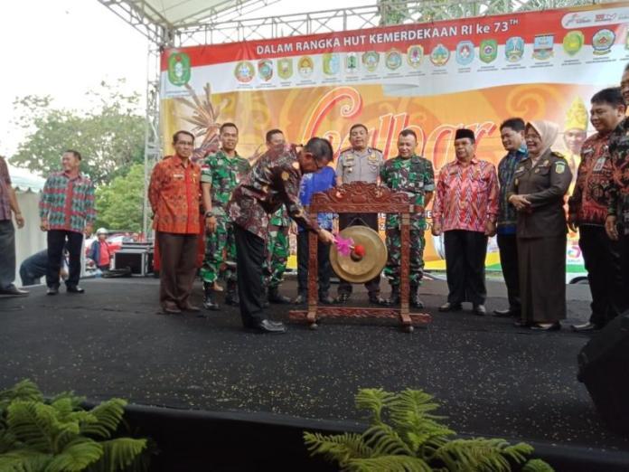 PUKUL GONG. M Zeet Hamdy Assovie memukul gong tanda dibukanya Kalbar Expo 2018 di Pontianak Convention Center, Kamis (26/7). Humas Pemprov for RK