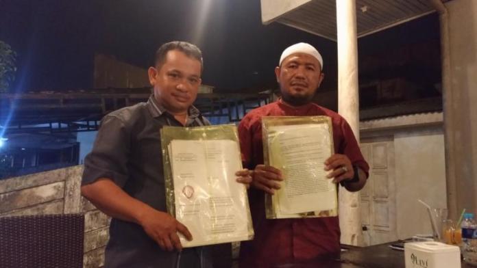 BARANG BUKTI. Kedua kuasa hukum EF menunjukkan barang bukti yang lengkap di salah satu cafe di Pontianak Selatan, Minggu (22/7)—Ocsya Ade CP