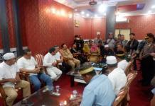 SAMPAIKAN PETISI. Sejumlah elemen masyarakat Kota Pontianak menyampaikan petisi menyikapi gejolak Pilkada Kalbar di kantor Gubernur Kalimantan Barat, Senin (2/7). Rizka Nanda-RK